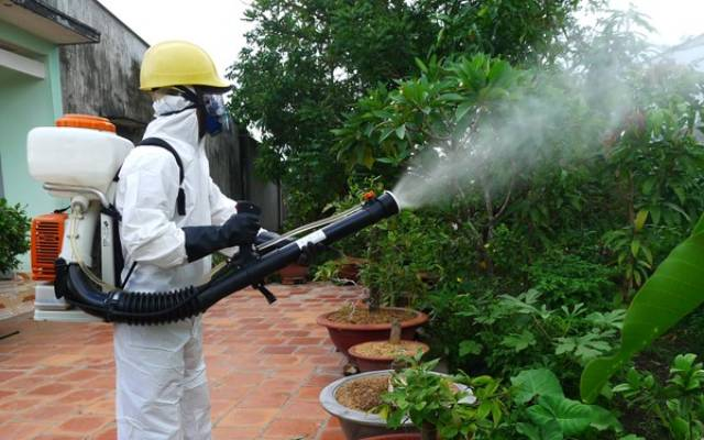 Trang bị đầy đủ các trang thiết bị bảo hộ khi phun thuốc muỗi