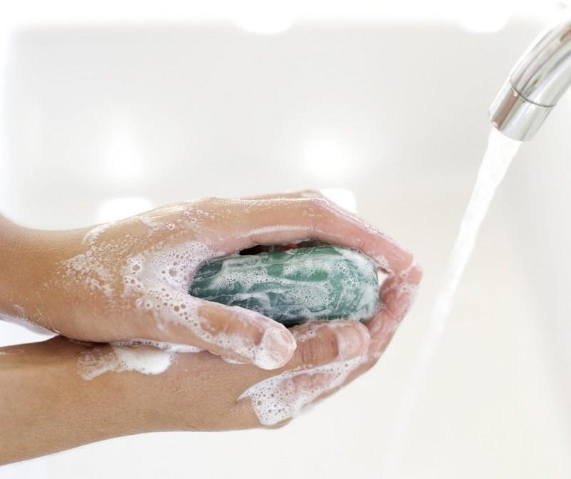 Bạn nên sử dụng loại xà phòng kháng khuẩn để hạn chế tình trạng nhiễm trùng.