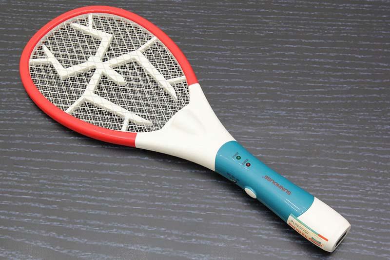 Dùng vợt muỗi diệt kiến ba khoang